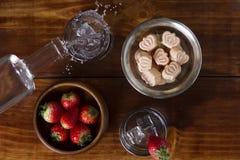 Τρούφες φραουλών που εξυπηρετούνται με τη βότκα Στοκ φωτογραφίες με δικαίωμα ελεύθερης χρήσης