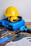 Τρυπάνι και σύνολο τρυπανιού, εργαλείων, ξυλουργού και ασφάλειας, προστασία Eq στοκ εικόνα