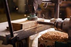 Τρυπάνι κατά τον εργασία στην ξυλουργική στοκ εικόνα με δικαίωμα ελεύθερης χρήσης