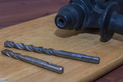 Τρυπάνι σφυριών σε ένα ξύλινο υπόβαθρο Κινηματογράφηση σε πρώτο πλάνο Το ηλεκτρικό εργαλείο Στοκ εικόνα με δικαίωμα ελεύθερης χρήσης