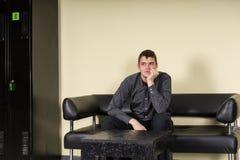 Τρυπημένη ή ανήσυχη συνεδρίαση ατόμων σε μια αίθουσα αναμονής Στοκ εικόνες με δικαίωμα ελεύθερης χρήσης