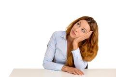 Τρυπημένη γυναίκα που κλίνει σε ένα γραφείο, που σκέφτεται να ανατρέξει Στοκ Εικόνα