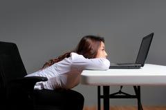 Τρυπημένη επιχειρηματίας με ένα lap-top Στοκ φωτογραφία με δικαίωμα ελεύθερης χρήσης