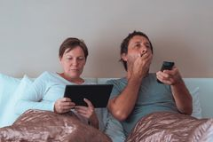 Τρυπημένοι ζεύγος, σύζυγος και σύζυγος στην κρεβατοκάμαρα Στοκ Εικόνα