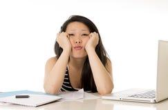 Τρυπημένος ασιατικός σπουδαστής γυναικών καταπονημένος στον υπολογιστή Στοκ Εικόνες