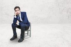 Τρυπημένος εργαζόμενος σε λίγη καρέκλα Στοκ Φωτογραφίες