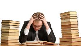 Τρυπημένος και κουρασμένος σπουδαστής μετά από τη σκληρή δουλειά στοκ εικόνα