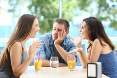 Τρυπημένο άτομο που ακούει η συνομιλία φίλων του στοκ φωτογραφίες