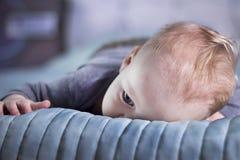 Τρυπημένο αγοράκι που βρίσκεται στο κρεβάτι Ήρεμο παιδί νηπίων στο κρεβάτι Κουρασμένο μικρό παιδί Στοκ εικόνες με δικαίωμα ελεύθερης χρήσης