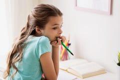 Τρυπημένο κορίτσι με το βιβλίο και τη μάνδρα στο σπίτι Στοκ εικόνες με δικαίωμα ελεύθερης χρήσης