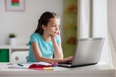 Τρυπημένο κορίτσι με το lap-top και το σημειωματάριο στο σπίτι Στοκ εικόνες με δικαίωμα ελεύθερης χρήσης