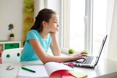 Τρυπημένο κορίτσι με το lap-top και το σημειωματάριο στο σπίτι Στοκ Εικόνα