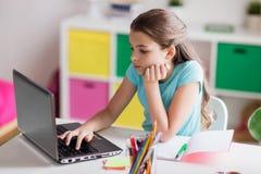 Τρυπημένο κορίτσι με το lap-top και το σημειωματάριο στο σπίτι Στοκ εικόνα με δικαίωμα ελεύθερης χρήσης