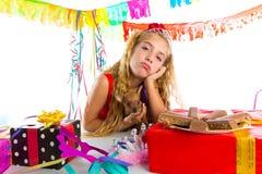Τρυπημένο κορίτσι παιδιών χειρονομίας ξανθό στο κόμμα με το κουτάβι Στοκ Φωτογραφία