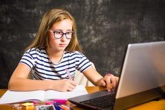 Τρυπημένο κορίτσι που κάνει την εργασία στο σπίτι Στοκ φωτογραφίες με δικαίωμα ελεύθερης χρήσης