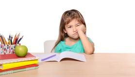 Τρυπημένο μικρό κορίτσι απρόθυμο να κάνει την εργασία Στοκ εικόνα με δικαίωμα ελεύθερης χρήσης