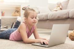 Τρυπημένο μικρό κορίτσι που κάνει την εργασία στο lap-top Στοκ φωτογραφία με δικαίωμα ελεύθερης χρήσης