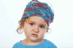 Τρυπημένο παιδάκι χειροποίητο headband που εξετάζει τη κάμερα στοκ φωτογραφία