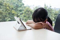 Τρυπώντας ασιατικός κινεζικός υπολογιστής ταμπλετών παιχνιδιού μικρών κοριτσιών Στοκ φωτογραφίες με δικαίωμα ελεύθερης χρήσης