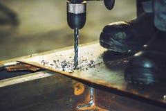Τρυπώντας με τρυπάνι εργαλείο φύλλων μετάλλων Υπόβαθρο παραγωγής για τα κατασκευαστικά εταιρεία στοκ εικόνα με δικαίωμα ελεύθερης χρήσης