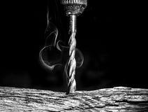 Τρυπώντας με τρυπάνι ξύλο τρυπανιών Στοκ Φωτογραφίες