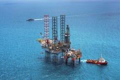 τρυπώντας με τρυπάνι παράκτια εγκατάσταση γεώτρησης πλατφορμών πετρελαίου Στοκ Εικόνα