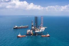 τρυπώντας με τρυπάνι παράκτια εγκατάσταση γεώτρησης πλατφορμών πετρελαίου Στοκ φωτογραφία με δικαίωμα ελεύθερης χρήσης