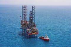 τρυπώντας με τρυπάνι παράκτια εγκατάσταση γεώτρησης πλατφορμών πετρελαίου Στοκ Εικόνες