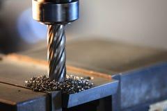 Τρυπώντας με τρυπάνι πιάτο χάλυβα διαδικασίας από τη μηχανή άλεσης στοκ εικόνα με δικαίωμα ελεύθερης χρήσης