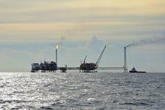 τρυπώντας με τρυπάνι πλατφόρμα πετρελαίου αερίου στοκ φωτογραφία