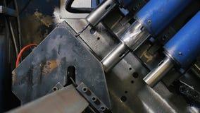 Τρυπώντας με τρυπάνι σίδηρος μετάλλων τρυπών στη βιομηχανική CNC μηχανή στο εργοστάσιο σύγχρονες τεχνολογίες φιλμ μικρού μήκους