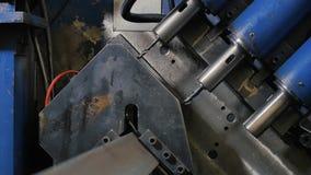 Τρυπώντας με τρυπάνι σίδηρος μετάλλων τρυπών στη βιομηχανική CNC μηχανή στο εργοστάσιο σύγχρονες τεχνολογίες απόθεμα βίντεο