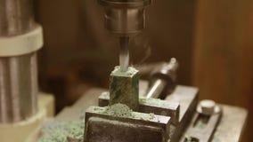 Τρυπώντας με τρυπάνι τρύπες στα ξύλινα μέρη φιλμ μικρού μήκους