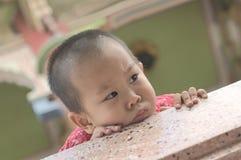 Τρυπώντας πρόσωπο μικρών παιδιών Στοκ φωτογραφία με δικαίωμα ελεύθερης χρήσης
