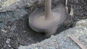 Τρυπώντας τρύπες στο έδαφος απόθεμα βίντεο