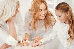 Τρυφερά γιαγιά και mom παιδί διδασκαλίας καυτές στα καρφιά χρωμάτων Στοκ Εικόνες