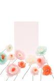 Τρυφερά διακοσμητικά λουλούδια papercraft με την κενή κάρτα Στοκ φωτογραφία με δικαίωμα ελεύθερης χρήσης