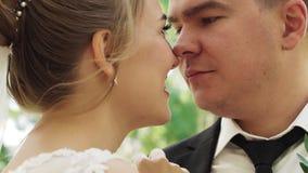 Τρυφερά και στοργικά αγκάλιασμα και φιλί newlyweds κινηματογραφήσεων σε πρώτο πλάνο απόθεμα βίντεο