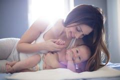 Τρυφερές στιγμές με το mom στοκ φωτογραφίες με δικαίωμα ελεύθερης χρήσης