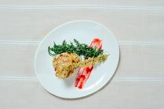 Τρυφερή έξοχη σαλάτα με τις ξηραμένες από τον ήλιο ντομάτες μίγματος της Τουρκίας και πράσινα σε ένα άσπρο πιάτο σε ένα άσπρο τρα Στοκ φωτογραφίες με δικαίωμα ελεύθερης χρήσης