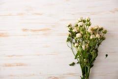 Τρυφερή ανθοδέσμη των τριαντάφυλλων στον ξύλινο πίνακα διάστημα αντιγράφων Στοκ εικόνα με δικαίωμα ελεύθερης χρήσης