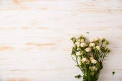 Τρυφερή ανθοδέσμη των τριαντάφυλλων στον ξύλινο πίνακα διάστημα αντιγράφων στοκ εικόνες