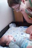 Τρυφερή γιαγιά με το νεογέννητο χαριτωμένο εγγόνι μωρών στο couc Στοκ φωτογραφία με δικαίωμα ελεύθερης χρήσης