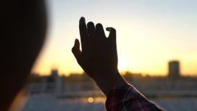 Τρυφερή κυρία που προσπαθεί να πιάσει τον ήλιο, πίστη στο μέλλον, ελευθερία από την προκατάληψη φιλμ μικρού μήκους