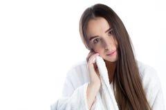 Τρυφερή νέα γυναίκα στο άσπρο μπουρνούζι μετά από το λουτρό Στοκ Εικόνες