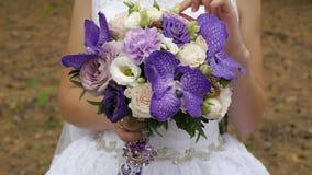 Τρυφερή νυφική τοπ άποψη ανθοδεσμών νύφη s ανθοδεσμών απόθεμα βίντεο