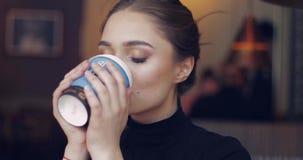 Τρυφερό θηλυκό με τον καφέ απόθεμα βίντεο