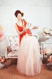 Τρυφερό κορίτσι στο δωμάτιο με τα λουλούδια στοκ εικόνες με δικαίωμα ελεύθερης χρήσης