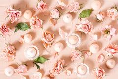 Τρυφερό σχέδιο των ξηρών ρόδινων τριαντάφυλλων και των μικρών μπισκότων Στοκ φωτογραφία με δικαίωμα ελεύθερης χρήσης