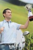 Τρόπαιο βραβείων εκμετάλλευσης παικτών γκολφ μετά από να κερδίσει τον ανταγωνισμό Στοκ εικόνα με δικαίωμα ελεύθερης χρήσης